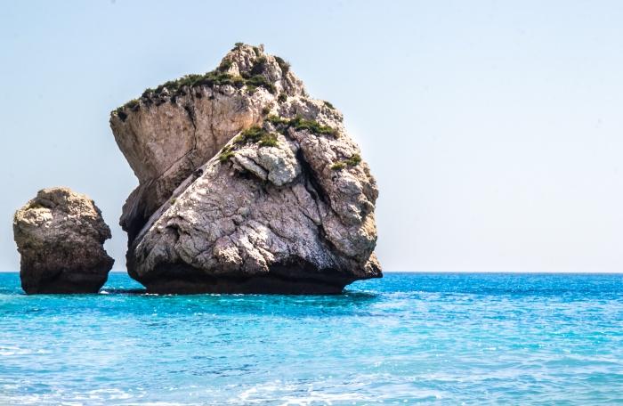 Камень Афродиты (стоит вне кадра))